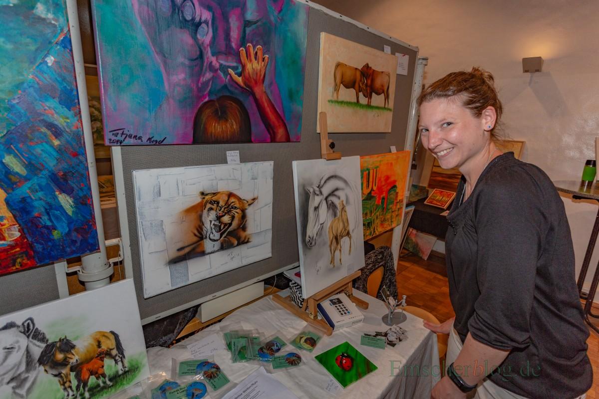 """Schon seit 2013 dabei: Tatjana Kugel lobt die """"schöne Atmosphäre"""" beim Malermarkt. Bilder verkaufte sie wenige, dafür magnetische Buttons mit Motiven ihrer Bilder umso mehr.(Foto: P. Gräber - Emscherblog.de)"""