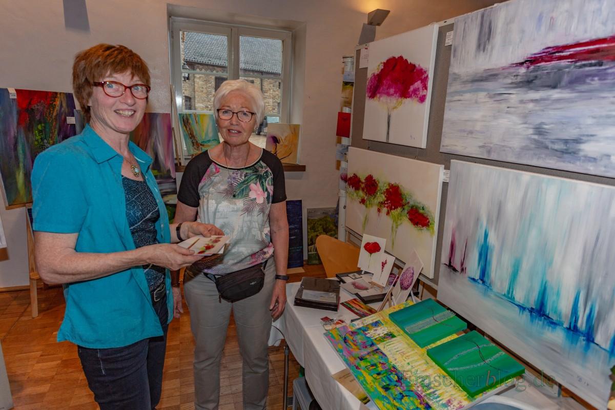 Auch die Holzwickederin Karin Beier (r.) stellt ihre Bilder schon seit vielen Jahren beim Malermarkt vor - und kommt gerne nächstes Jahr wieder. (Foto: P. Gräber - Emscherblog.de)
