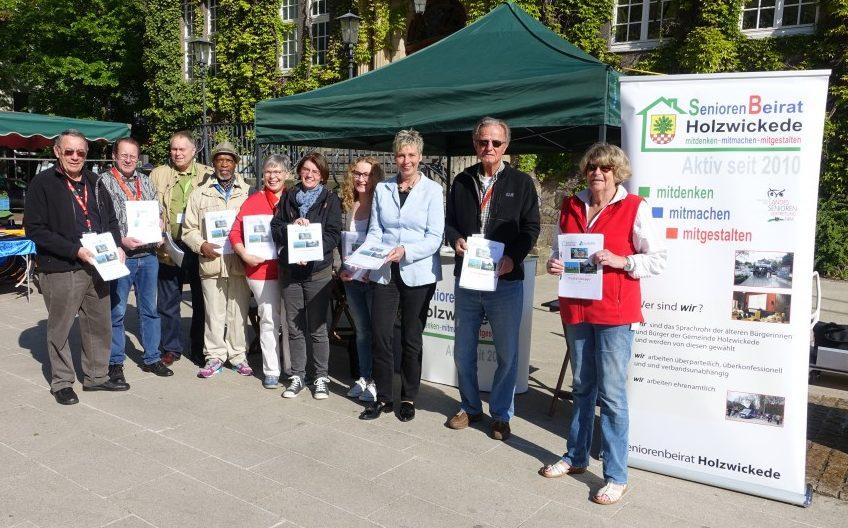 Die Mitglieder des Seniorenbeirates, hier mit Bürgermeisterin Ulrike Drossel 3.v.r.) waren sehr zufrieden mit dem Interesse an der von ihnen erstellten Notfallmappe. Foto: privat)