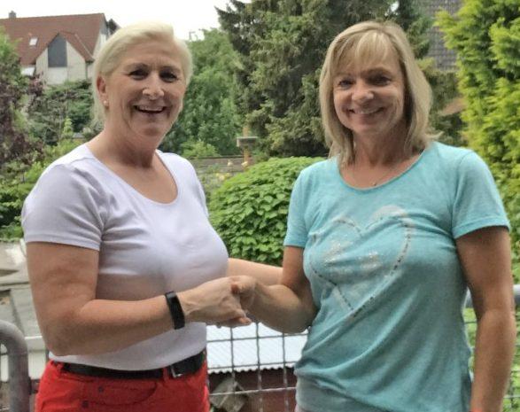 Die Vorsitzende des Ortsverbandes für Sport, Susanne Werbinsky (l.)bei ihrem Treffen mit der neuen Sportabzeichen-Obfrau Brigtte Bastert in Hengsen. (Foto: privat)