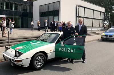 Den alten Polizeiporsche steuerte Hans-Dieter Volkmann höchstpersönlich zum Kreishaus. (Foto: Polizei Unna)