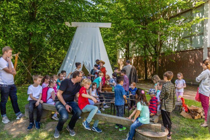 """Im hinteren Teil des Pausenhofes hatten die Erstklässler mit der Gruppe """"Cognatio aperte"""" ein kleines mittelalterliches Lager eingerichtet. (Foto: P. Gräber - Emscherblog.de)"""