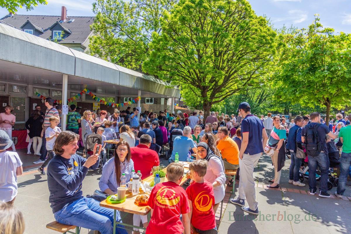 """Die Dudenrothschule hatte heute (5. Mai) zum großen Schulfest unter dem Thema """"Zeitreise"""" eingeladen.Bei sommerlichen Temperaturen und strahlendem Sonnenschein war das Fest sehr gut besucht. (Foto: P. Gräber - Emscherblog.de)"""
