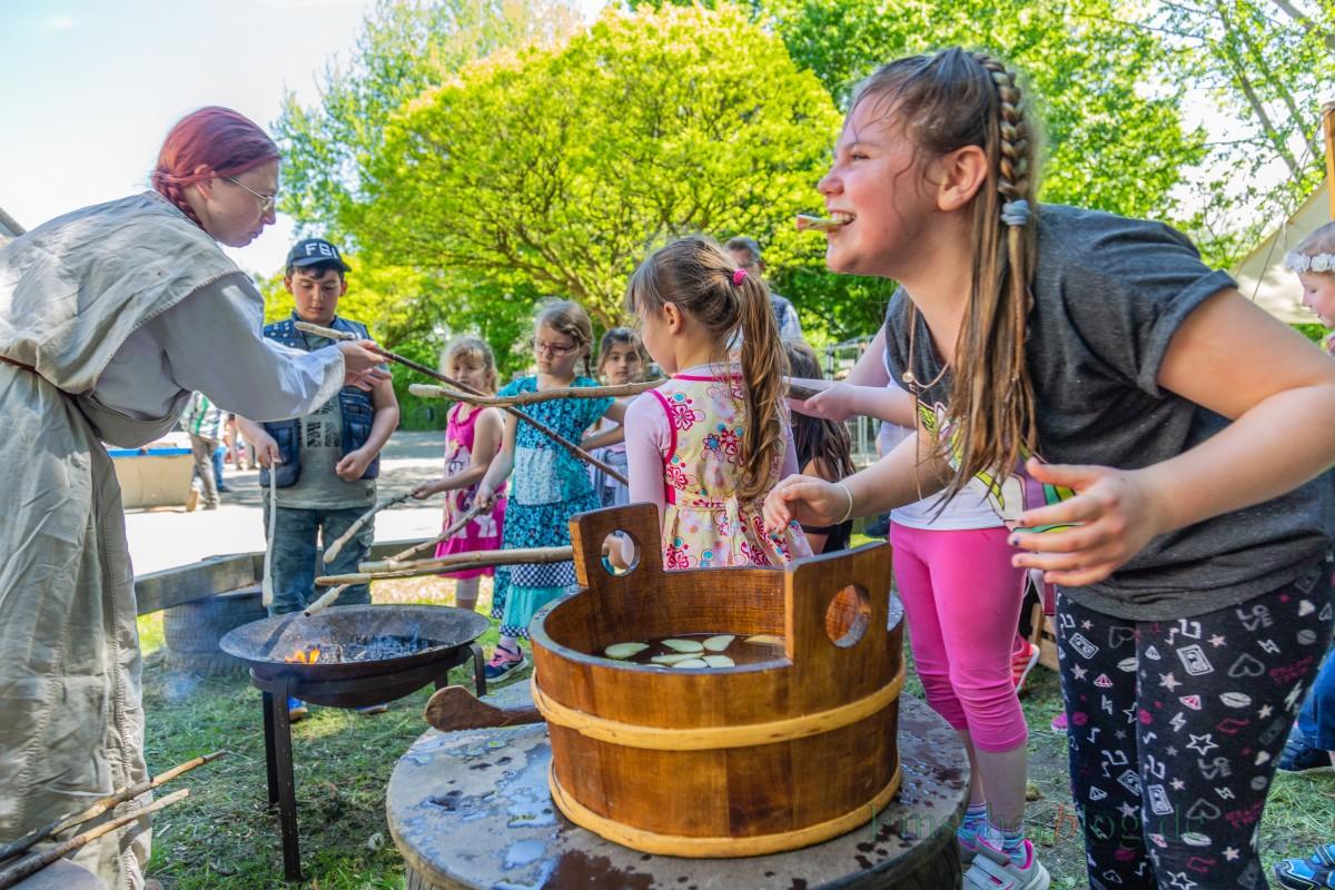 Wer es geschafft hatte, freute sich riesig. Auch das Stockbrot backen am offenen Feuer zog die Kinder magisch an. (Foto: P. Gräber - Emscherblog.de)
