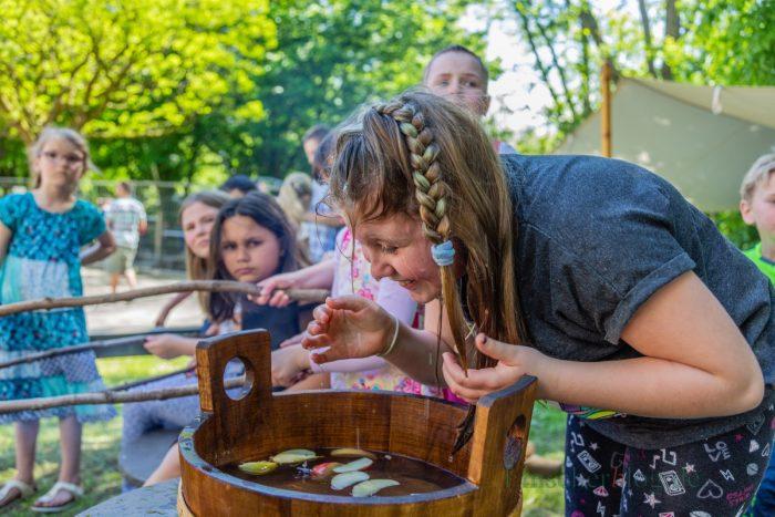 Ein beliebtes Spiel bei den sommerlichen Temperaturen heute: Apfelscheiben mit dem Mund aus einem Wasserbottich fischen. (Foto: P. Gräber - Emscherblog.de)