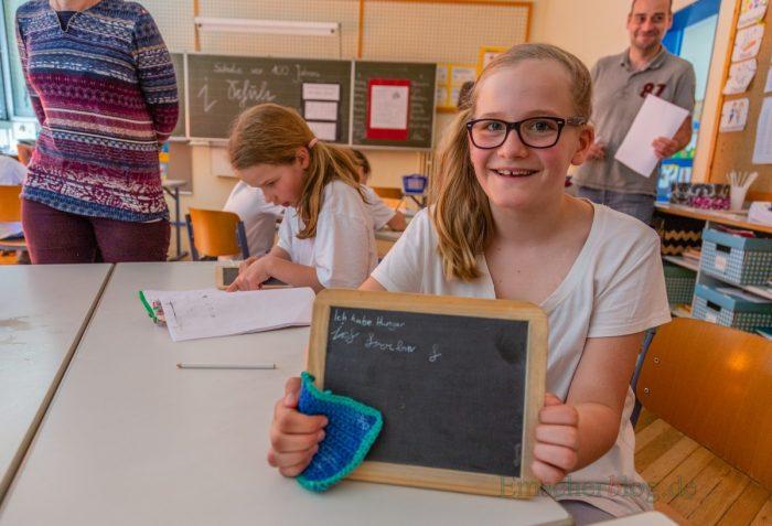 In der Schule vor 100 Jahren im ersten Stock der Dudenrothschule versuchten sich Lena (10 J.) und ihrer Klassenkameradinnen auf Schiefertafeln an der alten Suetterlinschrift. (Foto: P. Gräber - Emscherblog.de)