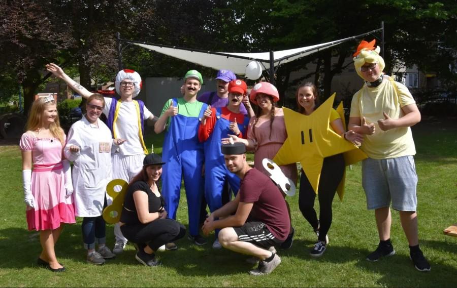 Die Ev. Jugend hatte sich viel Mühe mit den Vorbereitungen gegeben: ein Teil des Teams empfing die Kinder kostümiert. (Foto: privat)