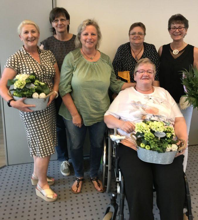 Die Leiterin des HSC-Gesundheitssports, Susanne Werbinsky (l.), und Mitglieder des ehemaligen Vereins TEP-Art Menden und Mitglieder. (Foto: privat)
