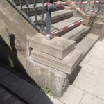 Strafanzeige: Unbekannte Vandalen beschädigen Rathaustreppe
