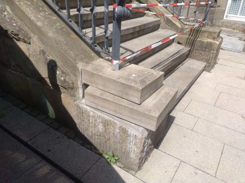 Unbekannte haben Steine aus der Rathaustreppe gelockert. Der östliche Aufgang musste aus Sicherheitsgründen gesperrt werden. (Foto: Gemeinde Holzwickede)