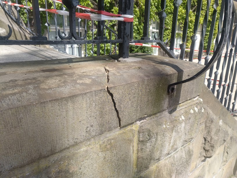 Die alten Sandsteine, in denen das Geländer befestigt ist, gingen durch den Gewaltakt zu Bruch. (Foto: Gemeinde Holzwickede)