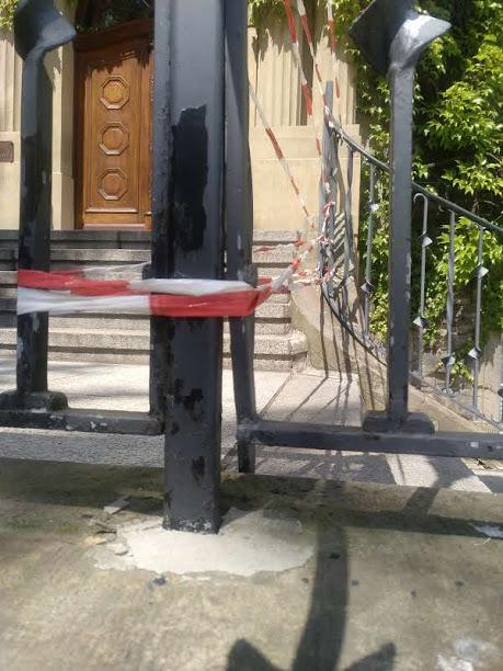 Auch das Geländer wurde mit roher Gewalt verbogen und aus der Verankerung gerissen. (Foto: Gemeinde Holzwickede)