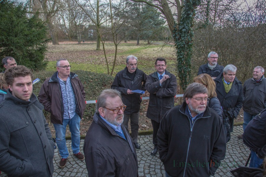 Die Mitglieder des Fachausschusses beim Ortstermin im Märt 2017 vor der Fläche im Emscherpark, auf der SPD und FDP nun den neuen Kindergarten errichten wollen. (Foto: P. Gräber - Emscherblog.de)