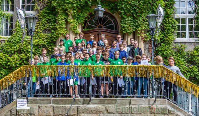 Auf der Rathaustreppe stellen sich die geehrten Nachwuchssportler zum Gruppenbild. (Foto: P. Gräber - Emscherblog.de)