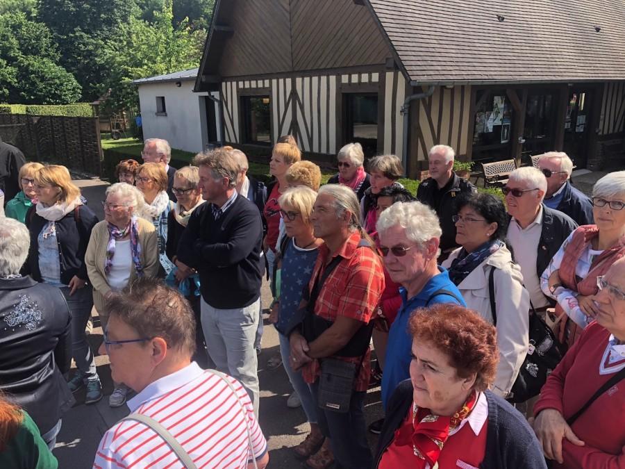 Interessiert hörten die Holzwickeder beim Besuch der Calvados-Kellerei in Cormeilles zu. (Foto: privat)