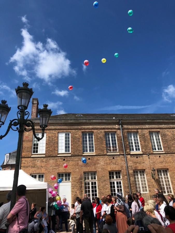 Dutzende von Luftballons wurden während des Festaktes vom Innenhof des Louvierser Rathauses losgeschickt.