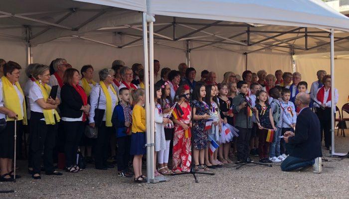 Ein Louvierser Kinderchor trug ein deutsches Lied vor und die Chöre Chantons und Le Tourdion stimmten die Nationalhymnen der Partnerländer und die Europahymne an. (Foto: privat)