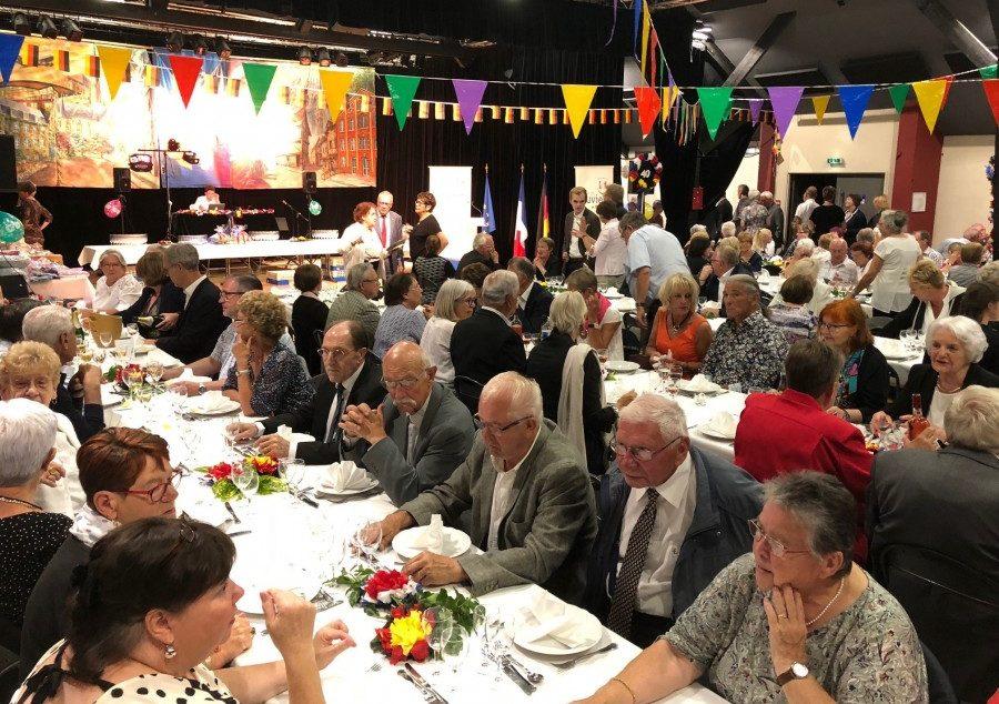 """Zum Festabend lud der Louvierser Partnerschaftsverein im dekorierten Saal der """"Mühle"""" zu einem Menü mit Tanz ein."""