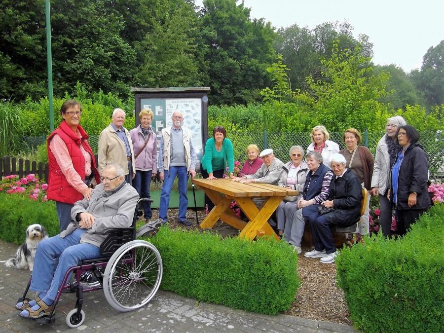 Die Senioren und das Betreuerteam des Cafés Yesterday bei ihrem Besuch in der Kleingartenanlage Am Oelpfad. (Foto: privat)