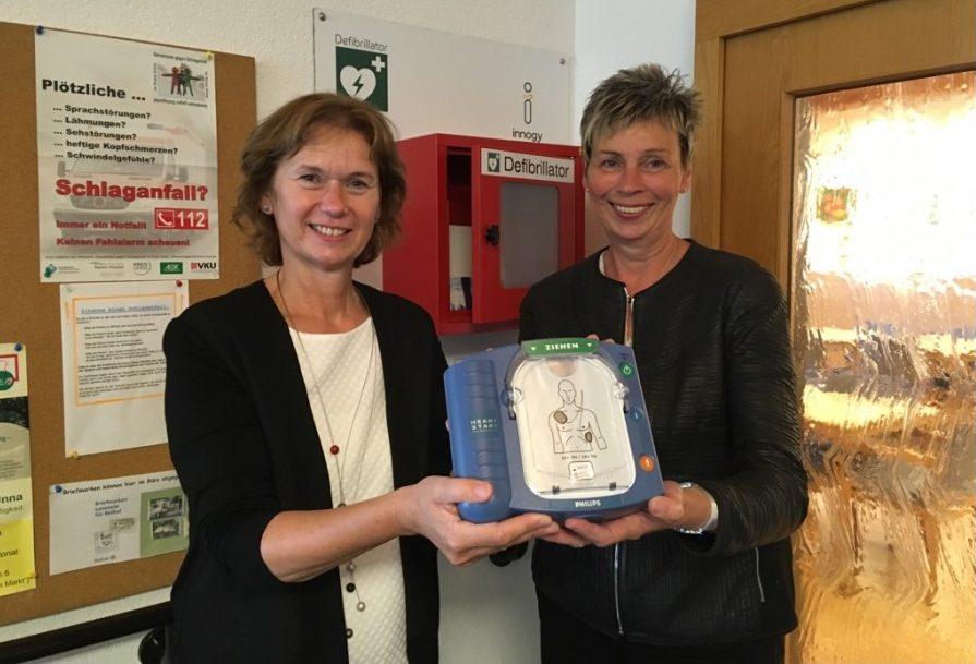 Bürgermeisterin Ulrike Drossel (rechts) und Maria Allnoch, Regionalleiterin bei innogy, übergaben heute den Defibrillator an die Seniorenbegegnungsstätte an der Berliner Allee. (Foto: privat)