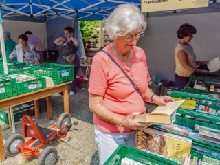 """Auch der verein """"Wir für Holzwickede"""" ist mit einem Bücherzelt vertreten. (Foto: P. Gräber - Emscherblog.de)"""