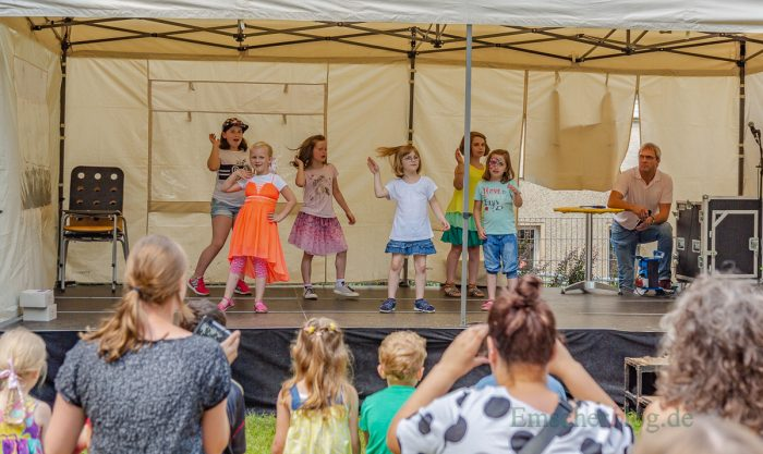 Kinder der Paul-Gerhardt-Schule in Hengsen bei einer Tanzdarbietung. (Foto: P. Gräber - Emscherblog.de)