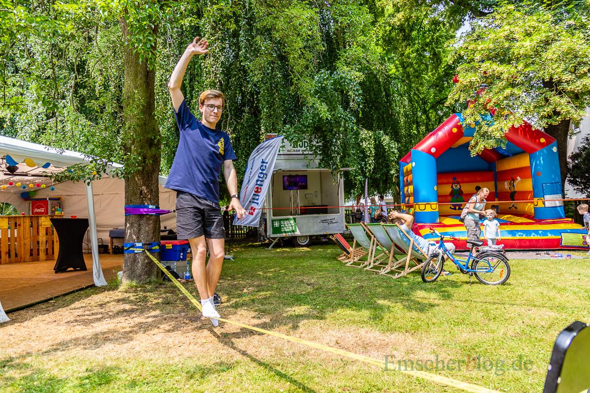 Das Balancieren auf der Slackline erfordert viel Gleichgewichtsgefühl. (Foto: P. Gräber - Emscherblog.de)