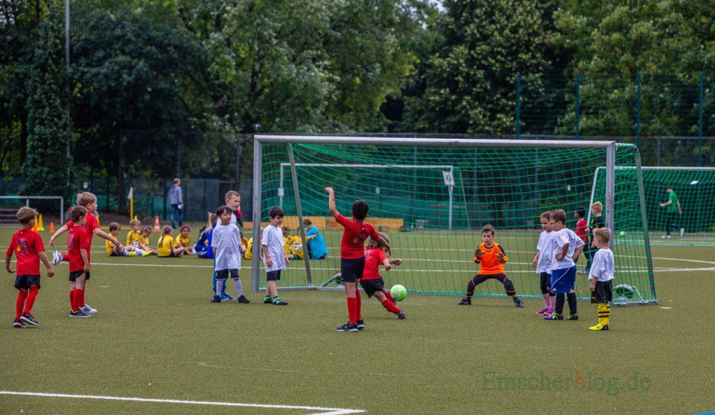 Sport ist gesund und fördert doe sozialen Kontakte. Die Grünen möchten allen grundschulkindern ein Jahr lang die Mitrgliedschaft in einnem Sportverein finanzieren: Grundschul-Cup auf dem haarstrang-Sportplatz. (Foto: P. Gräber - Emscherblog.de)