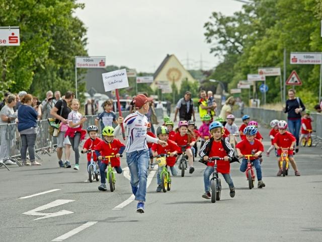 Vor dem Start der Profis gingen die Profis von morgen auf ihren Laufrädern an den Start. (Foto: Ingo Schmidt - Emscherblog.de)