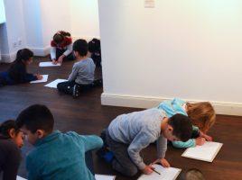So sieht es aus, wenn Kinder im Rahmen der Museumspädagogik eine Ausstellung besuchen – selbst malen statt nur gucken. (Foto: Alexandra Dolezych)