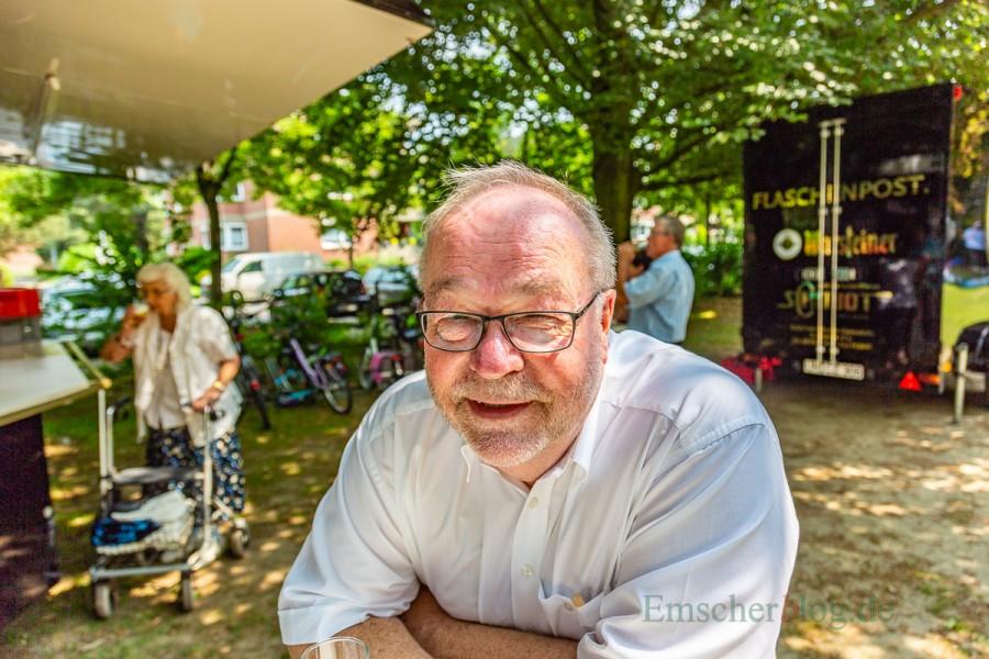 Genießt sein letztes Gemkeindefest bals aktiver Pfarrer sichtlich: Michael Niggebaum. (Foto: P. Gräber - Emscherblog.de)