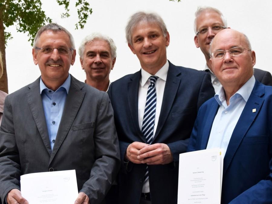 Die Ombudsmänner Norbert Zimmering (r.) und Jürgen Stefan (l.) wurden im April von Landrat Makiolla (M.) offiziell begrüßt. (Foto: Constanze Rauert – Kreis Unna)