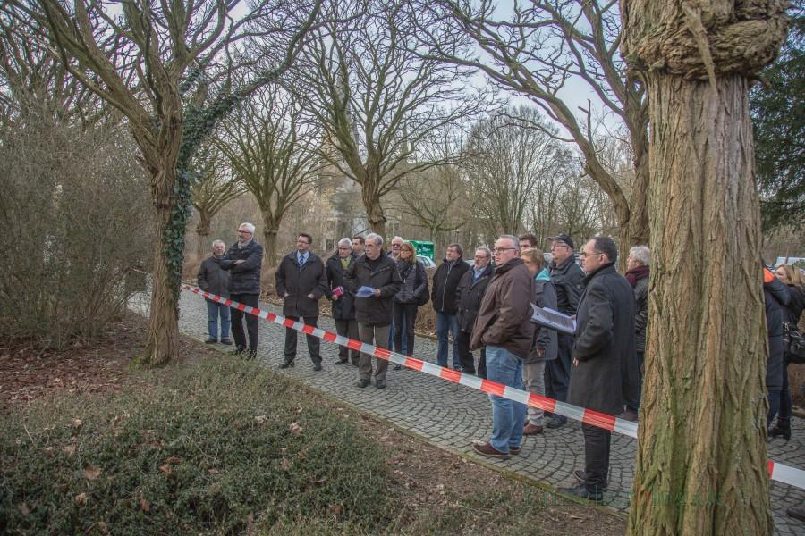 Der Planungs- und Bauausschuss beim Ortstermin im März 2017 an der von der SPD vorgeschlagenen Fläche im Emscherpark.