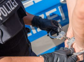 Die Bundespolizei nahm am Donnerstag (5.9.) drei Personen bei der Einreise am Dortmunder Flughafen fest. (Symbolfoto: Polizei)
