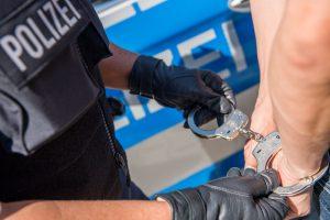 Bundespolizei nimmt 68-Jährige bei Einreise am Flughafen fest