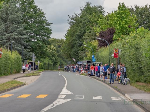 Dicht gesäumt mit Zuschauern und Helfern: die Unnaer Straße in Hengsen. (Foto: P. Gräber - Emscherblog.de)