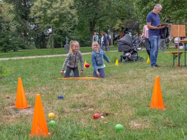 Diese beiden jungen Damen vergnügen sich beim Bocciaspiel im Park am Haus Opherdicke. (Foto: P. Gräber - Emscherblog.de)