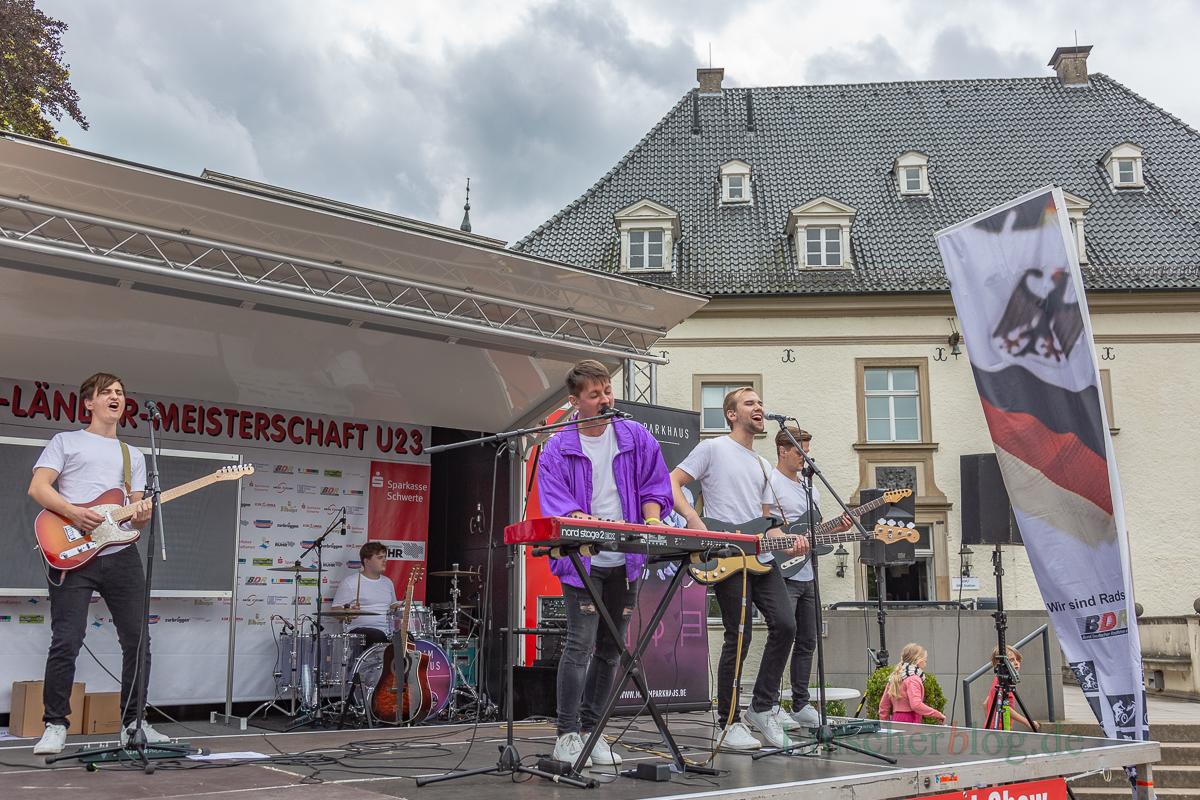 """Auf der Bühne vor Haus Opherdicke rocken """"Max im Parkhaus"""" (Foto: P. Gräber - Emscherblog.de)"""