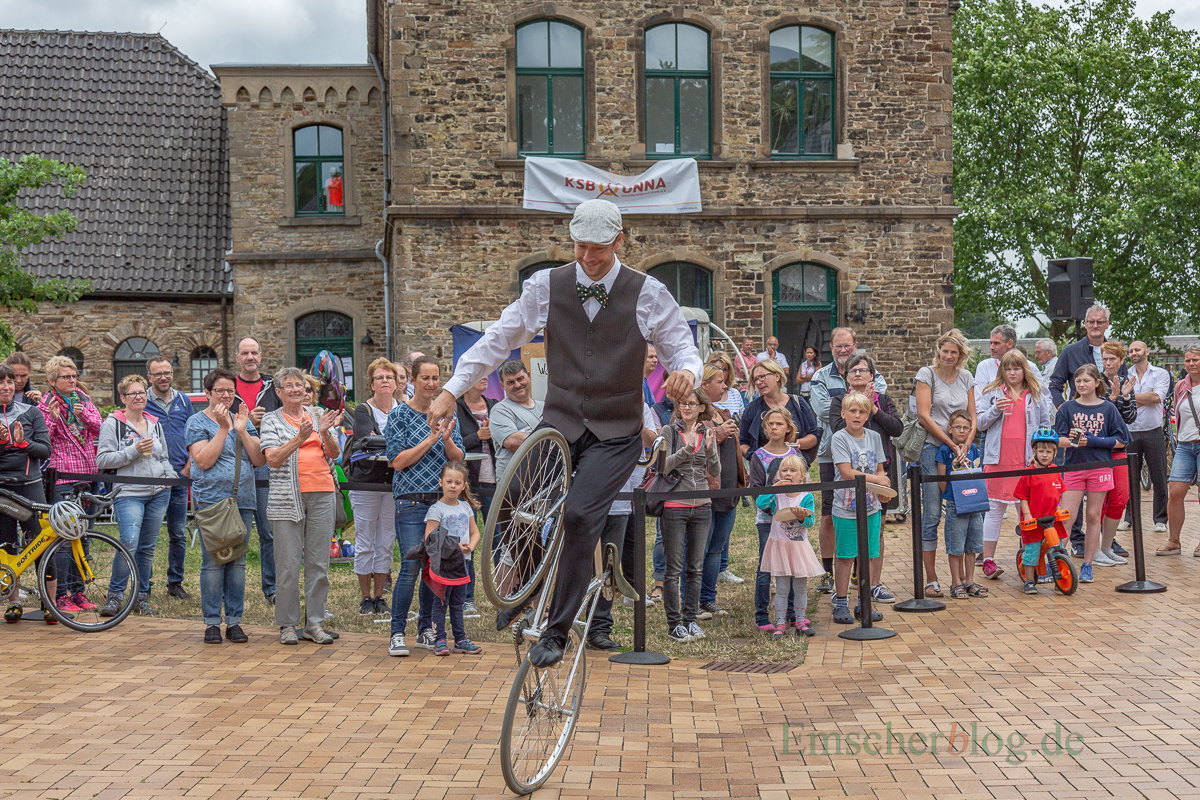 Ein Highlight des Unterhaltungsprogramms: Der Radakrobat Jens Schmitt zeigte sein Können vor der Bühne vor Haus Opherdicke. (Foto: P. Gräber - Emscherblog.de)