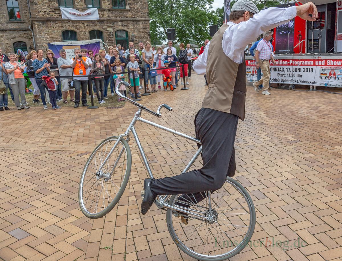 Der Kunstrad-Kaskadeur Jens Schmitt, mehrfacher Deutscher Meister, Vize-Weltmeister, Europameister und Weltmeister, erhielt viel Beifall für seine Kunststückchen. (Foto: P. Gräber - Emscherblog.de)