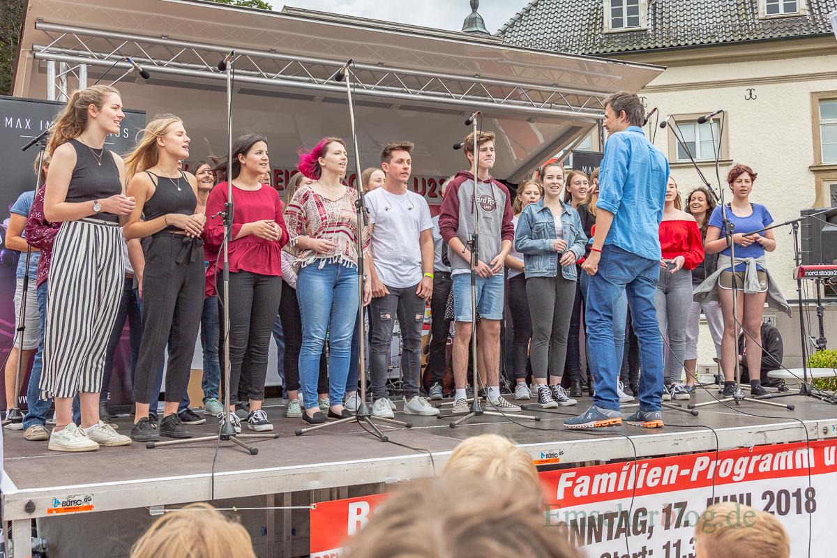 """""""Clara's Voices"""", der Chor des Holzwickeder Clara-Schumann-Gynasiums, bei seinem Auftritt vor Haus Opherdicke. (Foto: P. Gräber - Emscherblog.de)"""