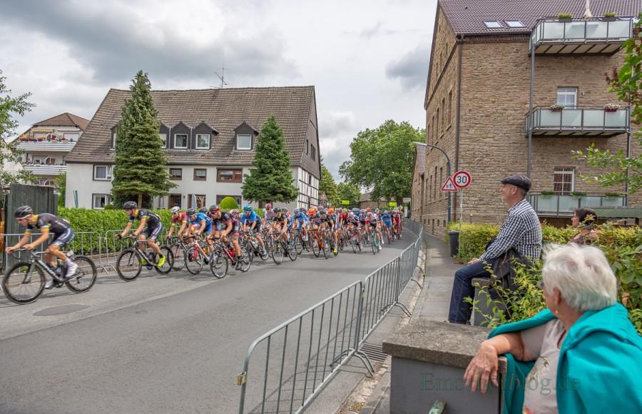 Pünktlich um 11.30 Uhr ging das Hauptfeld mit rund 200 Fahrern zur Drei-Länder-Meisterschaft auf den Rundkurs um Haus Opherdicke. (Foto: P. Gräber - Emscherblog.de)