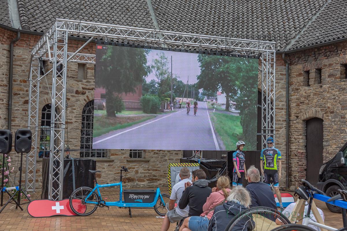 """Schöner Service: Auf einer großen Leinwand konnten die Zuschauer im Hof vor Haus Opherdicke das Rennen auf dem 10,6 km langen Rundkurs """"live"""" verfolgen. (Foto: P. Gräber - Emscherblog.de)"""