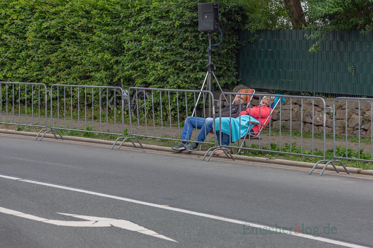 Stundenlange Radrennen - da kann auch der größte Radsportfan mal müde werden: Nickerchen am Rande der Dorfstraße. (Foto: P. Gräber - Emscherblog.de)