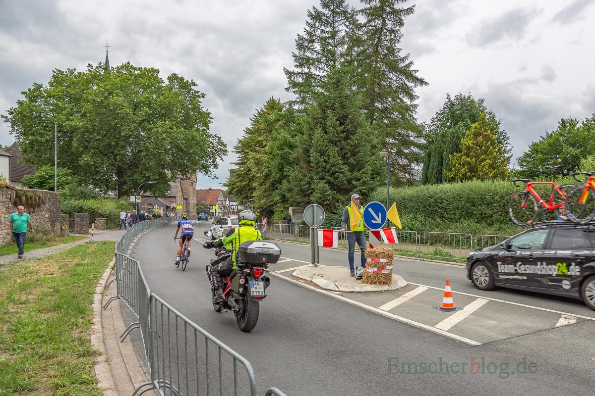 Streckenposten waren von den erfahrenen Organisatoren des RSV Unna an allen Gefahrenstellen der Strecke aufgestellt worden.- (Foto: P. Gräber - Emscherblog.de)