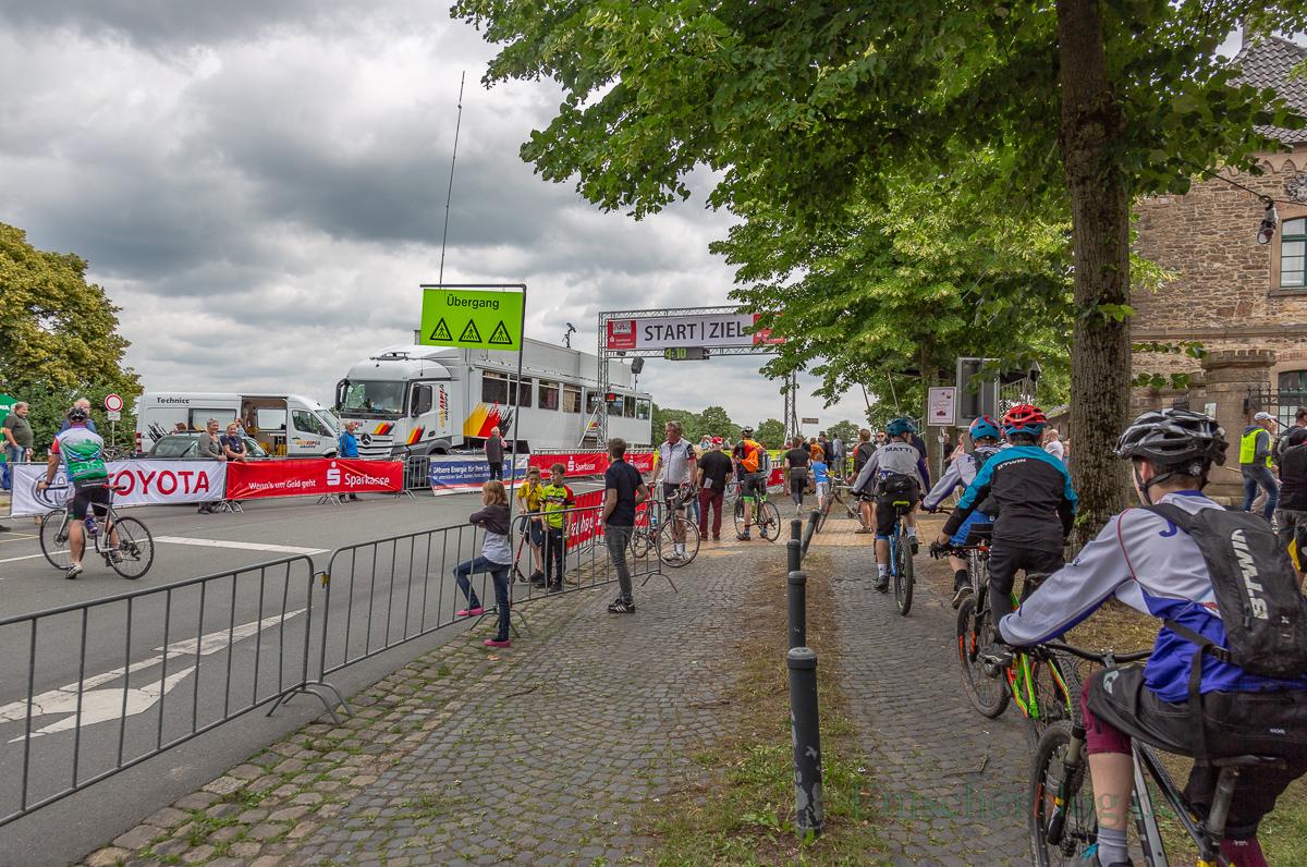 Start/Ziel des Rennens auf dem 10,6 km Rundkurs war direkt vor Haus Opherdicke. (Foto: P. Gräber - Emscherblog.de)