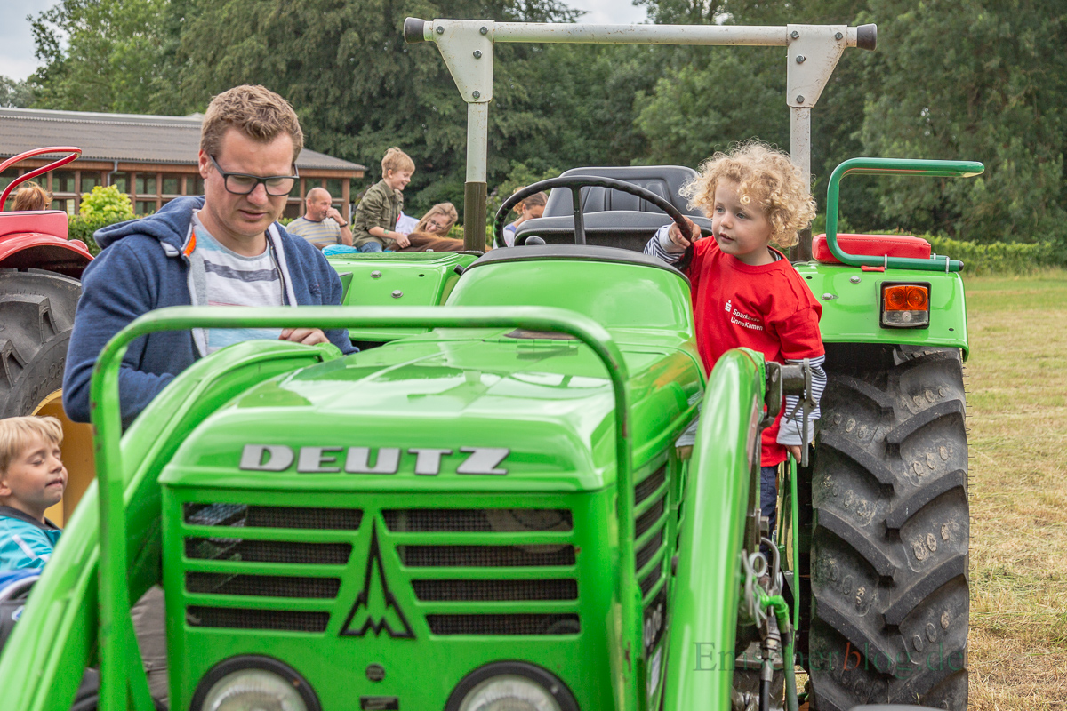 Die Schlüter und Schlepperfreunde hatten einige Trecker aufgestellt zur Freude der Kinder... (Foto: P. Gräber - Emscherblog.de)