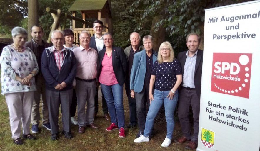 Der neu formierte Vorstand der SPD Holzwickede um die neue Doppelspitze Heike Bartmann-Scherding und Theo Rieke. (Foto: SPD Holzwickede)