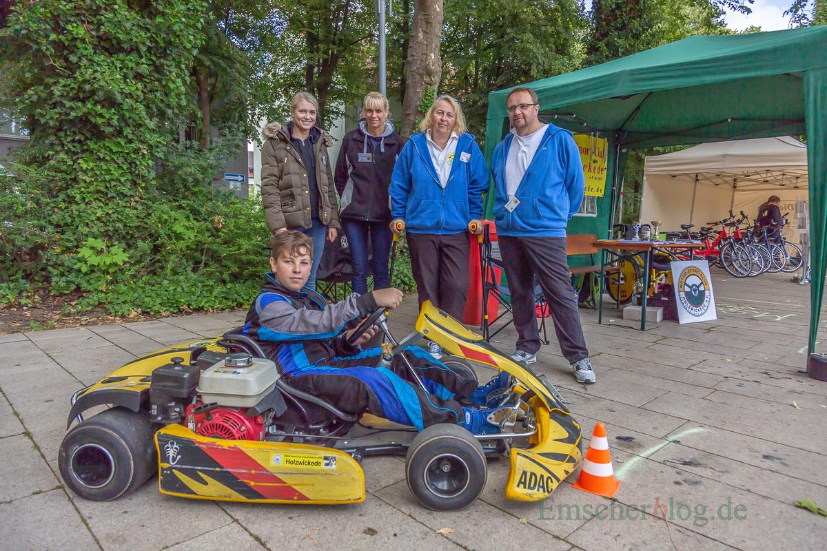 Connor Zimmermann (vorne) sowie Guido und Sabine Zimmermann, Andrea und Linda Bohnenkamp (v.r.) präsentieren den Stand und Renn-Kart des MSC Holzwickede.  (Foto: P. Gräber - Emscherblog.de)