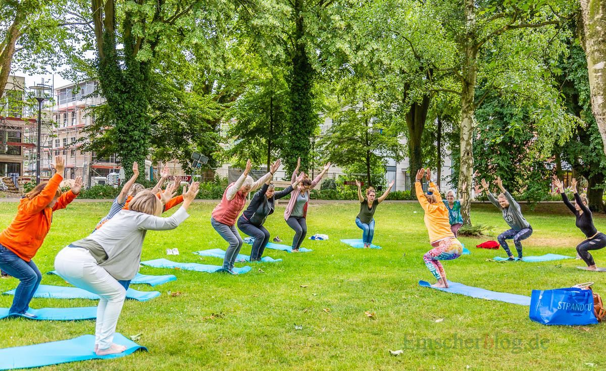 """Der HSC lud zu Yoga-Übungen beim """"Sport im Park"""" ein. Auch die Bürgermeisterin probierte es aus. (Foto: P. Gräber - Emscherblog.de)"""